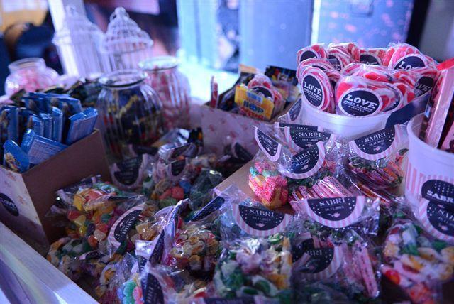 Compartimos las fotos que nos envío Luciana sobre la fiesta del cumpleaños nº 15 de su hija Sabrina donde se pueden observar algunos de los productos de DCD Eventos.  En esta foto: personalización con detalles en el candy bar.
