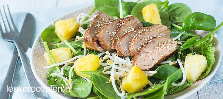 Lichte maaltijdsalade met spinazie en ananas en Oosters gemarineerde varkenshaas