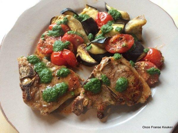 Lamskoteletjes met muntolie. Ik serveer er wat in de oven gegaarde tomaat en aubergine bij. Simpel en makkelijk. Ideaal voor een doordeweekse avond.