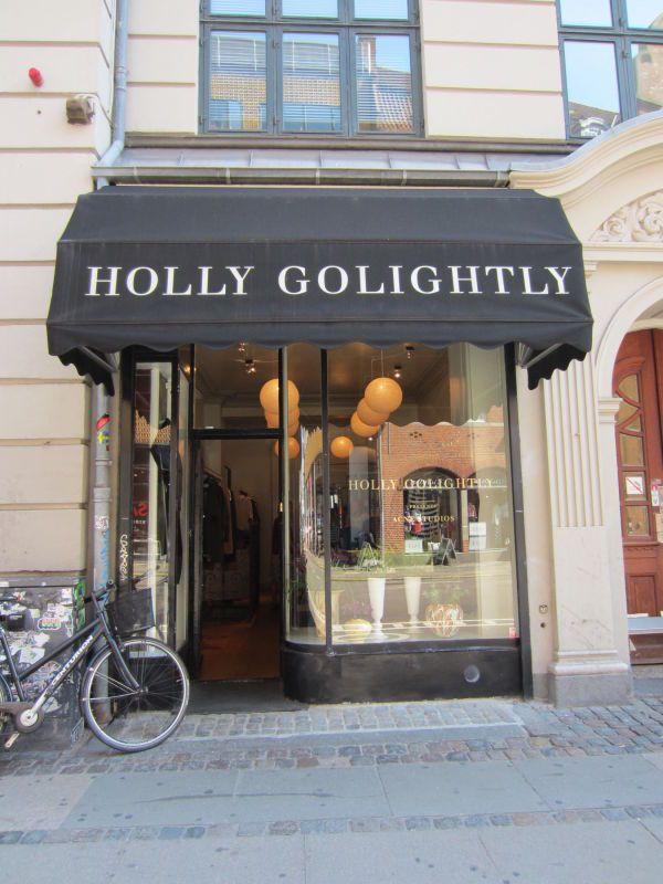 HOLY GRAIL: Denne perlen av en butikk er verdt et besøk eller to. Denne lille unike perlen av en butikk er absolutt verdt et besøk hvis du skal ha et par spesielle sko, noen statement-smykker eller en lekker jakke som (nesten) ingen andre har. De få klesstativene som er der er fylt opp med designerklær fra blant andre Acne Sudios, Proenza Schouler, Marni, Rick Owens og Balenciaga. Prisnivået er ganske høyt, men til gjengjeld får du tak i spesielle klær og sko som er tidløse og nøye utvalgt.