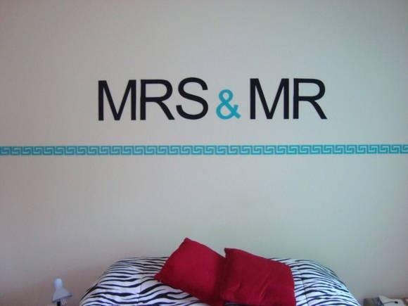 Letras autocolantes de MDF decoradas para aplicarem parede. MRS & MR (Senhora e Senhor) pode ser aplicada sobre a cabeceira da cama indicando o lado onde cada um dorme. Ou para personalizar quartos infantis.Poderá ser feita com nomes, sobrenomes ou o que sua imaginação mandar.Sob as letras,barrado de recorte asteca pintado de verde turquesa.Todos os elementos poderão ser feitos com a cor desejada para harmonizar com sua decoração.Temos outras opções de barrados cerquinha, floral, carrinho…