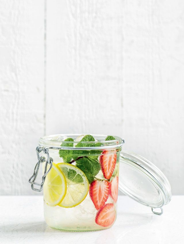 Eau détox fraise + citron + menthe : http://www.glamourparis.com/lifestyle/tendance-food/diaporama/detox-water-4-recettes-ultra-fraiches-pour-lete/33082#fraise-citron-menthe