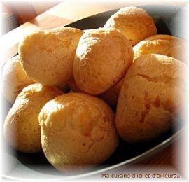 Pao de queijo (pain au fromage brésilien) Pour 6 personnes : 1 oeuf 60 g de yaourt 25 g de parmesan râpé 25 g d'emmental râpé 200 g de farine de manioc (farine de tapioca) 5 cuillères à soupe d'huile neutre sel fin  Préparation : 15 mn Cuisson : 20 mn Repos : 0 mn Temps total : 35 mn