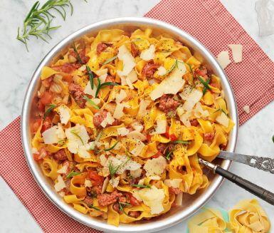 Pappardelle är en bredare form av pasta. När du kokar den lagom får du ett gott tuggmotstånd som gör sig strålande i kombination med den kryddiga salsiccian. Rör ihop och toppa med lite riven parmesan så är du framme i pastahimlen!