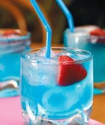 Curaçau Blue   O Licor Azul  Feito de laranjas da Ilha de Curaçau, no Caribe,  este licor tem sabor meio seco e estimulante.