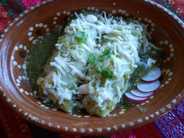 Enchiladas verdes. Chile Verde Chicken Enchiladas. The perfect Mexican food recipe for the best chicken enchiladas verdes by Jauja Cocina Mexicana. Step-by-step instructions, tips and ingredients for this Mexican classic. A winner for your Cinco de Mayo party. Buen provecho! Subscribe http://www.youtube.com/user/JaujaCocinaMexicana Gracias!!