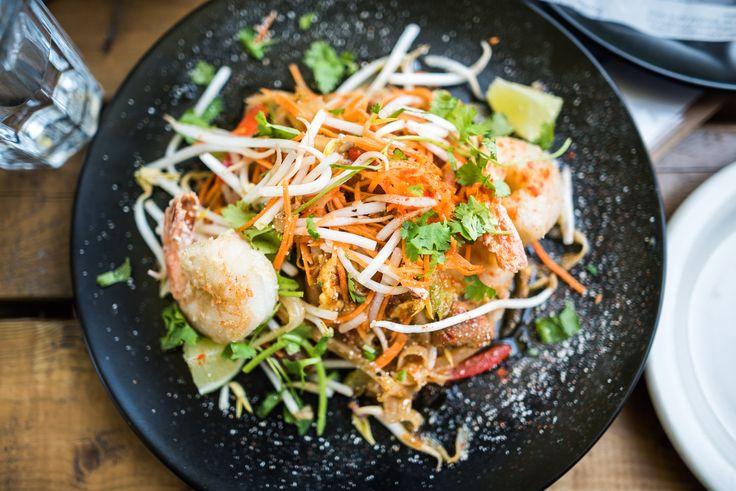 Au pied du mont Royal, le restaurant Hà plonge ses invités dans le concept traditionnel vietnamien des BIA HOI, petits restaurants de coins de rue où l'on mange une cuisine simple et savoureuse. Monsieur Hà, figure bien connue du quartier, fait équipe avec le chef d'origine laotienne, Ross Louangsignotha. Leur menu, inspiré des saveurs d'Asie du Sud-Est, a été créé afin de s'harmoniser avec la bière fraîche et les vins soigneusement choisis par la sommelière Jessica Harnois. Toutes les…