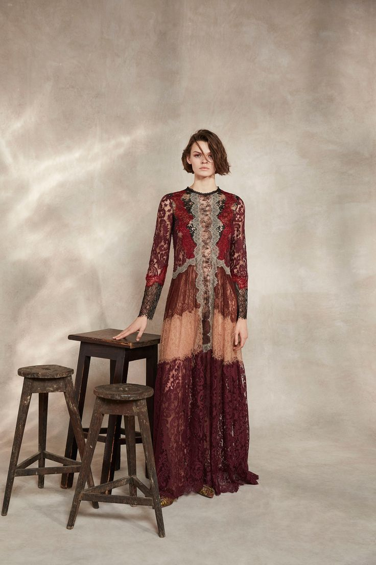 The complete Alberta Ferretti Pre-Fall 2018 fashion show now on Vogue Runway.
