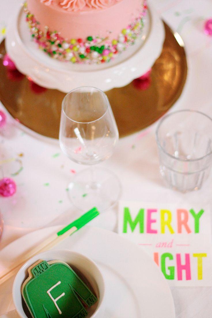 Souper de Noël coloré par johaniecreative.ca  Gâteau décoré de confettis, succulents de Noël, minis boules discos, chemin de table goutelettes de peinture, baguette colorées et marques place biscuit. // Colorful Christmas dinner by Johanie Creative. Sprinkles covered cake, christmas succulents, mini disco balls, paint drops table runner, colorful chopsticks and cookie name tags.