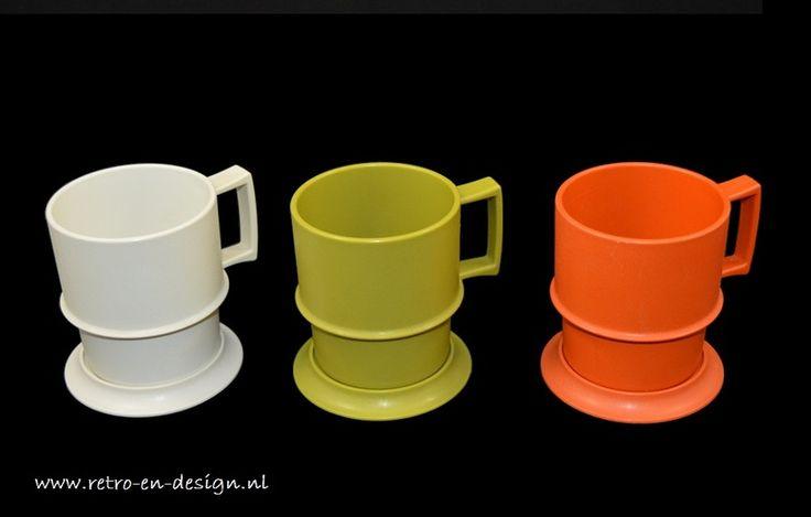 Tupperware koffiebekers / koffiemokken  Set van drie Vintage Tupperware plastic koffiebekers in de tinten crémewit, aardebruin en advocadogroen. De bekers zijn stapelbaar en in een prima staat.  Deze Tupperware bekers, in geweldige herfstkleuren, komen rechtstreeks uit de jaren '70! De handige koffie- of theebekers worden geleverd met onderzetters in bijpassende kleuren. zie: http://www.retro-en-design.nl/a-42127072/tupperware/tupperware-koffiebekers-koffiemokken/