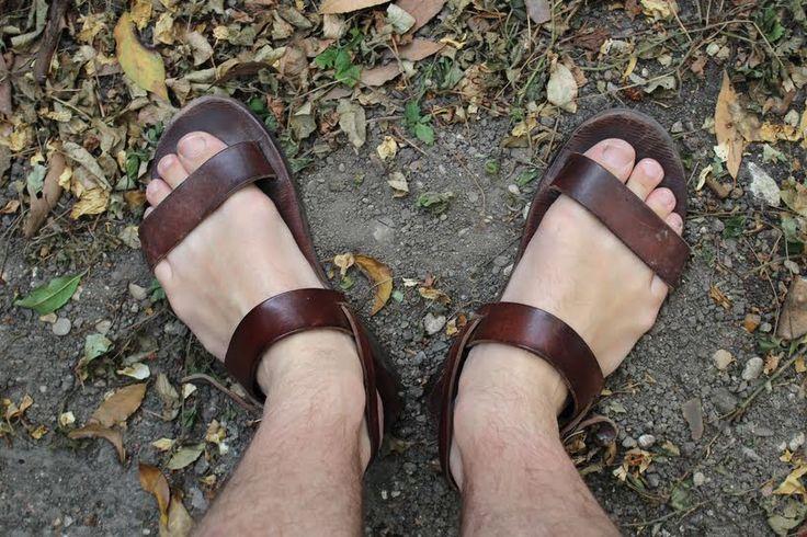 """Des sandales à la bière, les """"business moines"""" ont la cote L'artisanat monastique bénéficie d'un nouvel engouement : il est écolo, favorise les circuits courts et le commerce équitable :)"""