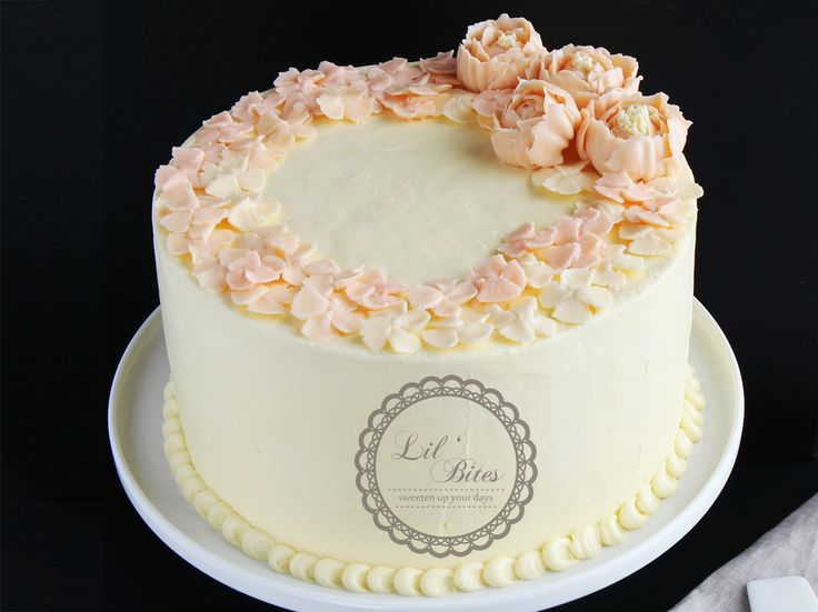 Flower wreath buttercream cake <3 I'm in love with this color tone :) please kindly my instagram account : lilbitesid for more pictures