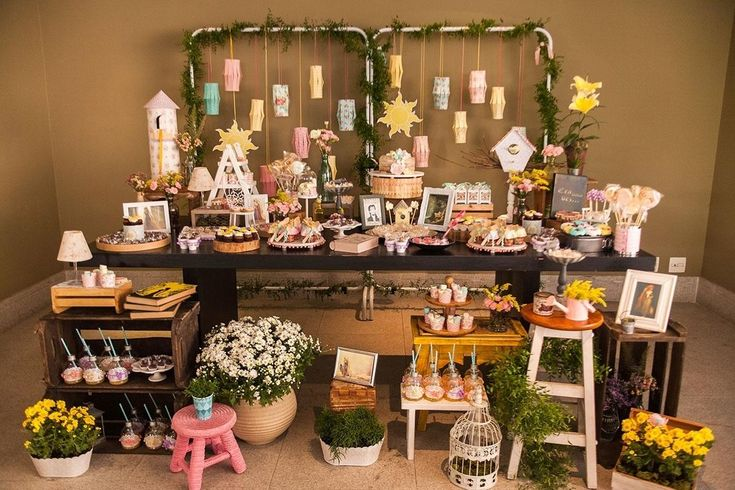 Festa inspirada em Rapunzel tem decoração artesanal, flores e pássaros - UOL Estilo de vida