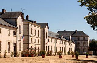 Vendée : La Roche-sur-Yon : vue sur la cour des écuries du haras construit de 1843 à 1846.