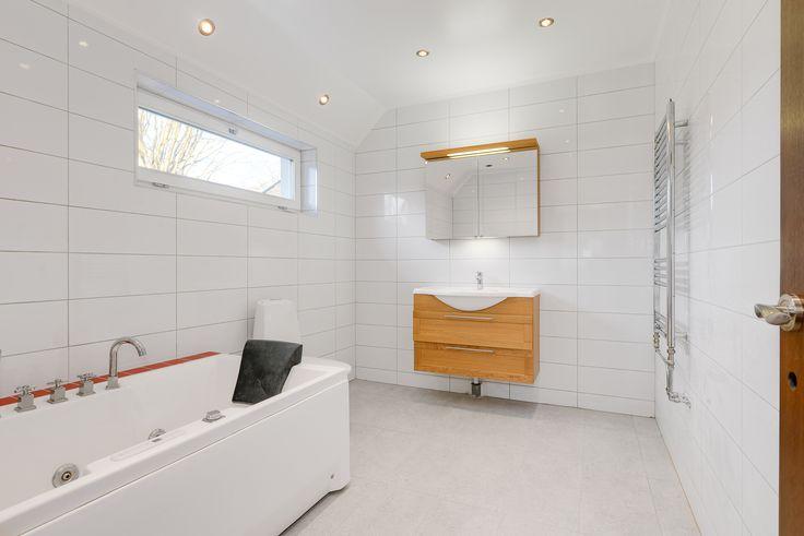 Badrum med gott om plats gör att man kan vara många i rummet. Som när man badar barnen till exempel..