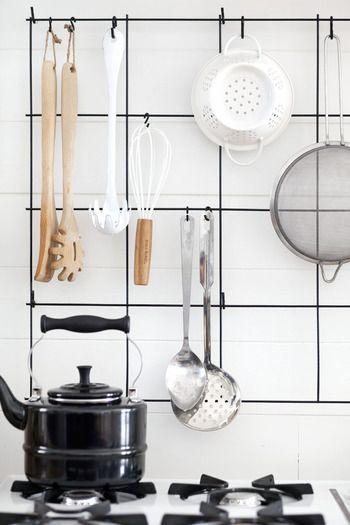 キッチンのアイデア術で、特に気をつけたいのが、ワイヤー。 この例では、ワイヤーが密なものではありません。 ワイヤーを選ぶ時は、注意が必要。安易に選ぶと、ゴミゴミとした印象に。