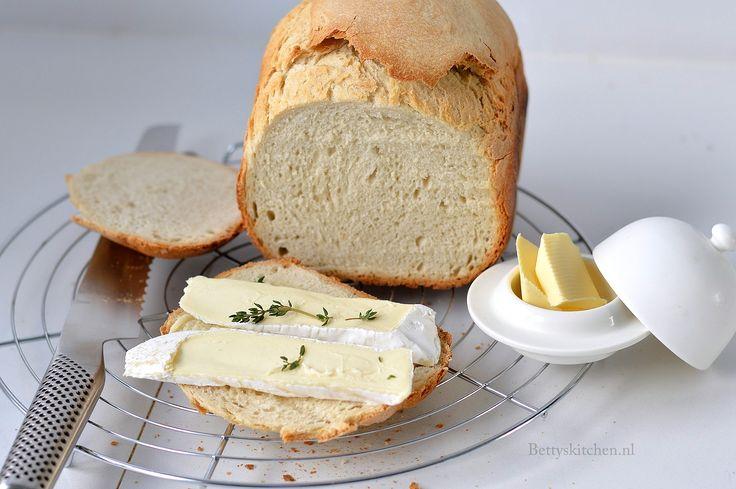knapperig wit brood dat lijkt op stokbrood.