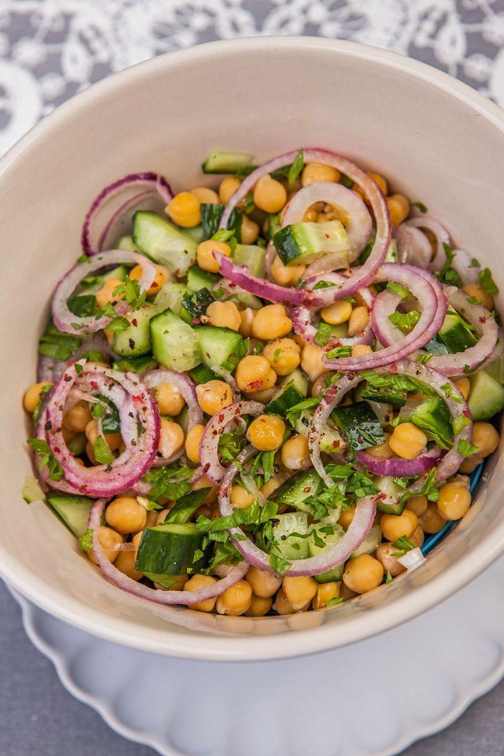 Ilyen egy igazi, kora tavaszi saláta... Az uborka ugyan a melegházból van, tehát van benne egy kis csalás, de akik ragaszkodnak a szezonális alapanyagokhoz, nyugodtan ki is hagyhatják.Viszont ha valamilyen főtt gabonapótlót, például kölest, barnarizst vagy quinoát keverünk bele (kb. 100 grammnyi mennyiséget)...