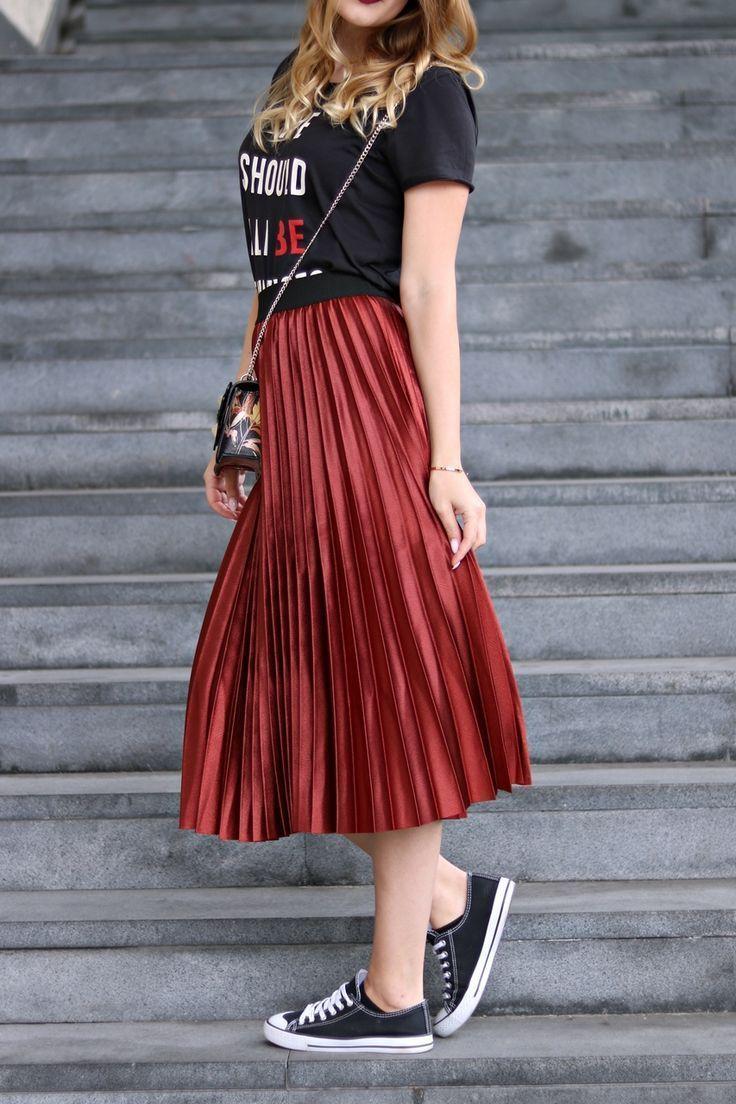 Mein Fashion Week Street Style Look - Plisseerock, Cross Body Bag von Guess, Chucks und Statement Shirt #outfitoftheday