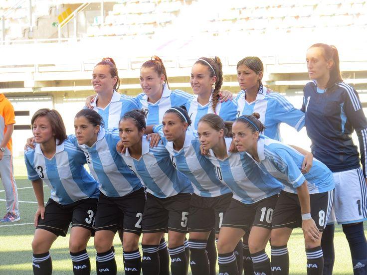 Este es el equipo de fútbol femenino de Argentina. Ellas jugaron en el Copa Mundial. Ellas son muy talentosos.