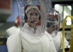 Laboratoire P4 (pathogène de classe 4) Jean Mérieux/Inserm, Lyon. Ces laboratoires de sécurité maximale sont totalement hermétiques et constitués de plusieurs sas de décontaminations et de portes étanches. Les effluents liquides sont décontaminés chimiquement et stérilisés, les chercheurs travaillant dans leurs enceintes sont revêtus d'un scaphandre sous pression positive relié à l'une des prises fournissant de l'air dont le renouvellement est totalement indépendant du laboratoire. © Inserm…