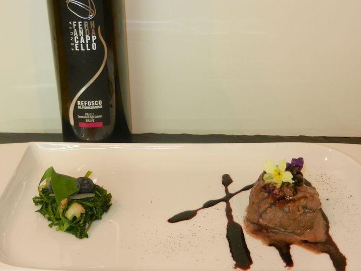 Filetto di cervo su riduzione di Cabernet contornato di radichesse  Venison fillet on Cabernet reduction