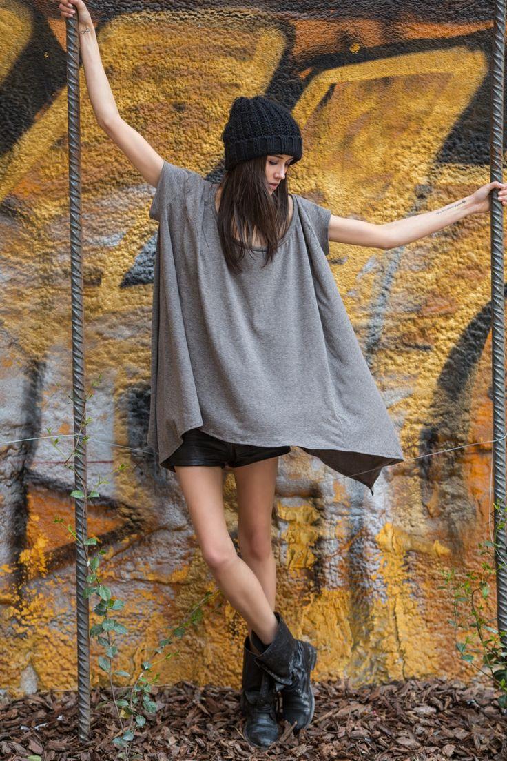Bluzka oversize z krótkim rękawem, o doskonałym kroju, idealnym na każdą sylwetkę - nonszalancka, rozszerzana u dołu, asymetryczna - świetnie modeluje, a stylizacji nadaje charakteru. Idealna do szortów, spodni i legginsów.