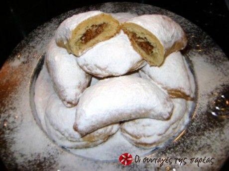 Ένα νόστιμο παραδοσιακό Χριστουγεννιάτικο γλυκάκι που μοιάζει με γεμιστό κουραμπιέ. Λατρεμένη η γεύση του, συνδεδεμένη με υπέροχες αναμνήσεις απ τα παιδικά μου χρόνια τότε που, εκτός απ΄τα λεφτά μου μας έδιναν στα κάλαντα, είχαμε και ένα κέρασμα μελομακάρονο, κουραμπιέ ή κατά.