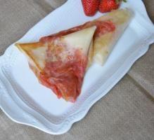Recette - Triangles croustillants fraises, rhubarbe et miel d'eucalyptus - Proposée par 750 grammes