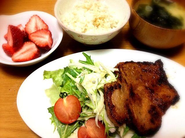 ありもの野菜を余っていたタルタルソースで混ぜ混ぜ…水菜のシャキシャキと卵のこってりがいい感じで食べれました。 - 7件のもぐもぐ - 水菜とサラダ玉ねぎのタルタルソース和え、ミニトマト、豚ロースの味噌焼、ワカメとネギのおみそ汁、ご飯、デザートはあまおう苺 by まりこ