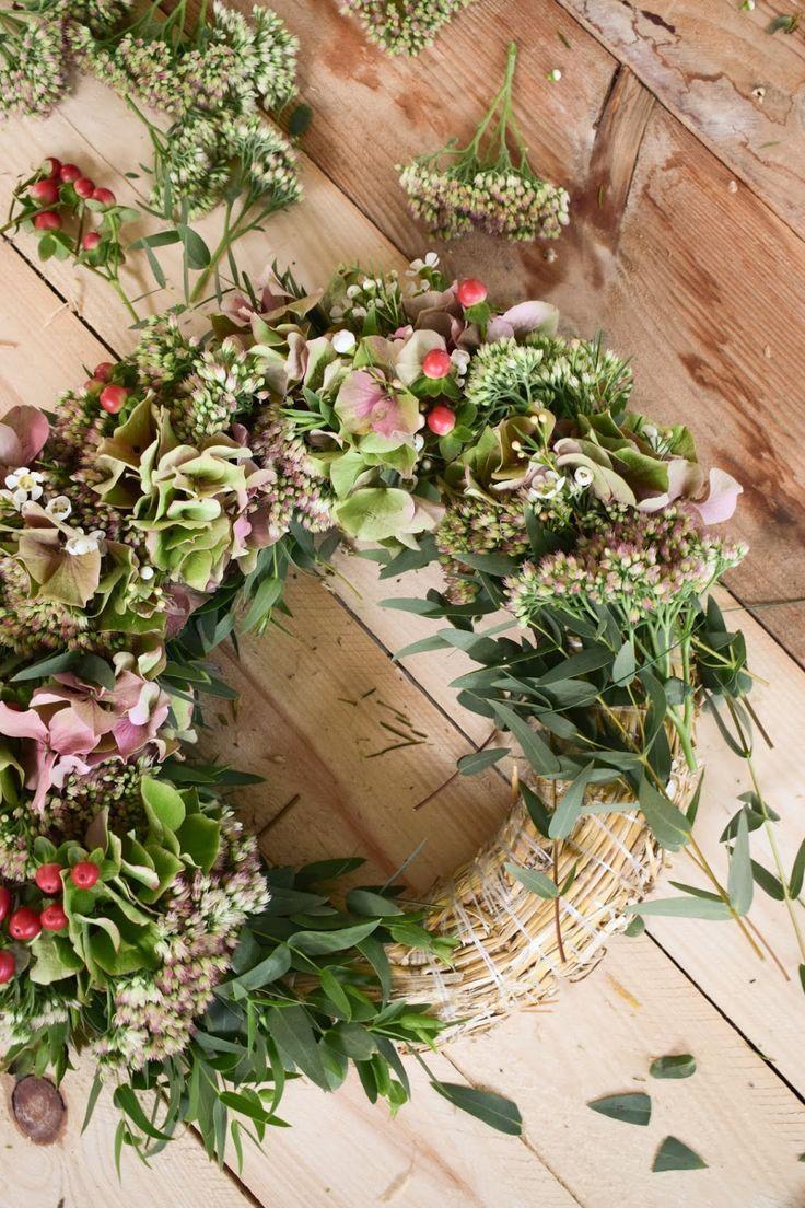 Couronne d'hortensias avec poule grasse, millepertuis, fleurs de cire, eucalyptus. Anleit …   – Kränze selber machen