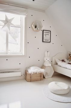 Lampara miffy y todo al blanco en esta habitación de estilo nórdico