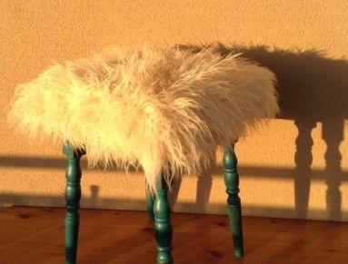 Tato stolička je zhruba 50let stará.  Je vyrobena z velmi tvrdého dřeva a má krásně vyřezávané nožky.  Byla obroušena, natřena a patinována, navrch ošetřena včelím voskem...  Nově počalouněna a použita navrch byla má oblíbená plyšová měkoučká srst :)   Míry:  výška 46           sedák 33x33cm  Po Praze do dohodě mohu dovézt, jinak jede kurýr...