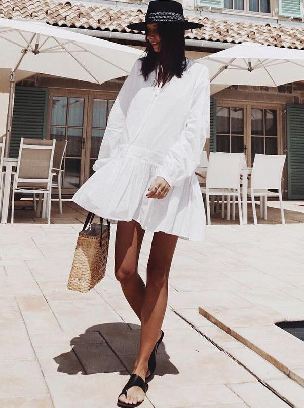 Ample petite robe blanche + sandales plates noires + bronzage caramel