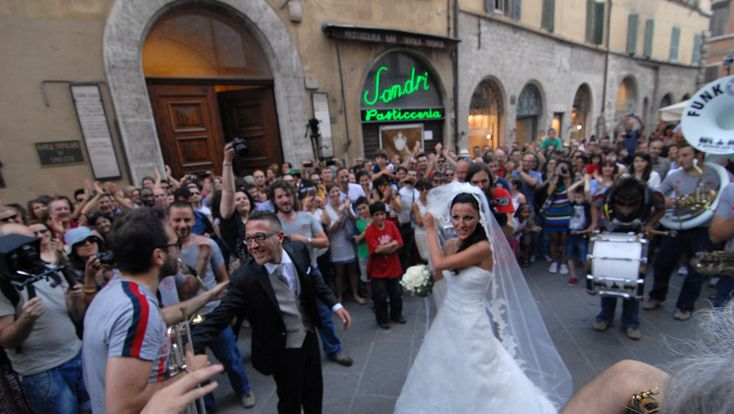 Scene da un matrimonio a Umbria jazz: coppia di sposi si promette amore tra trombe e percussioni - Umbria24.it Umbria24.it