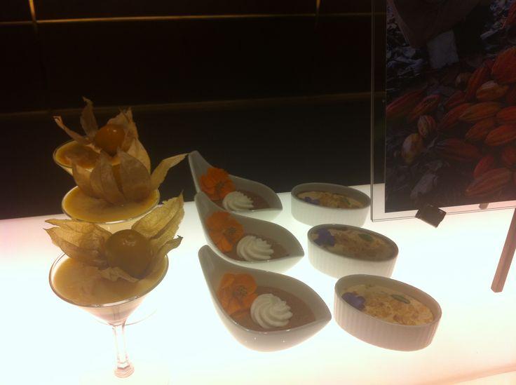 Primer plano de nuestros postres en el Tokyo Hilton: Maracuyá con chocolate Postre de natas de chocolate (pronto, en Lachoco) Crema de arequipe