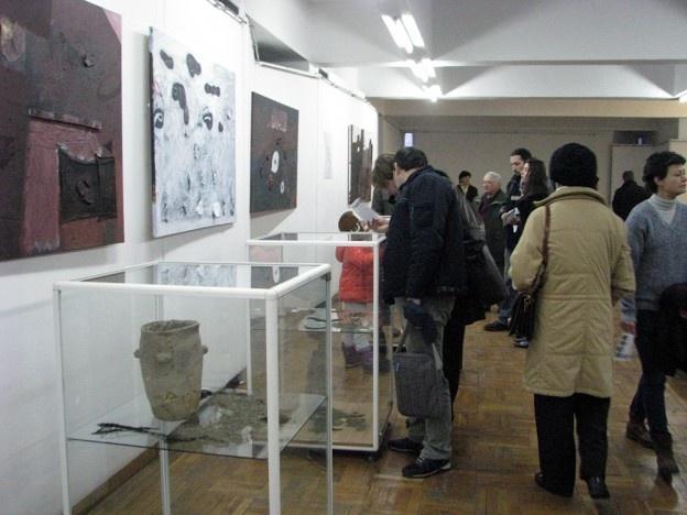"""Sunt expuse lucrări ale artistului plastic Răzvan Mihalcea, profesor la Liceul de Artă, dar și artefacte descoperite pe teritoriul județului Buzău.    Galeriile de artă din Buzău găzduiesc, în această perioadă, expoziţia de pictură şi obiect arheologic """"Fragment şi urmă""""."""