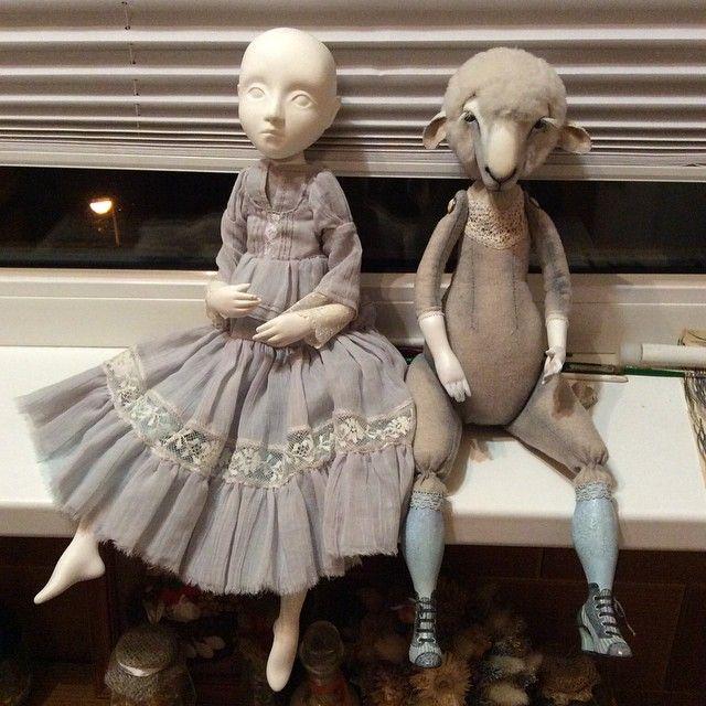 Слева куколка моей ученицы в платье овечки справа