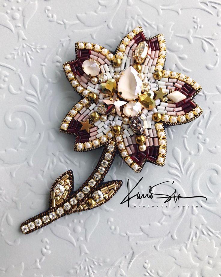 ♥️ПРОДАНО♥️ Цветочек | Крупный, размер в крайних точках: 11 х 6.5 см. Изготовлен из кристаллов и жемчуга Swarovski, японского и чешского бисера, канители, стразовой ленты и фетра 〰〰〰〰〰 #брошьручнойработы #вышитаяброшь #брошьцветок #брошьлотос #сваровски #handmade #pomegranatebrooch #embroidery #embroiderybrooch #brooch #embroideryart #flowerbrooch #swarovski #брошь