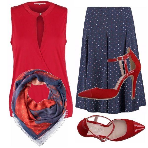 Rosso e blu per un abbigliamento ideale sia per una giornata di lavoro che per una fine serata piacevole con i colleghi. Nessun gioiello, solo un foulard che richiama i colori dell'abbigliamento. Tacchi alti e via, si esce!