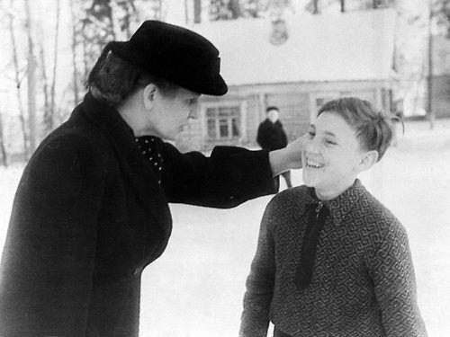 Володя Высоцкий со своей мамой