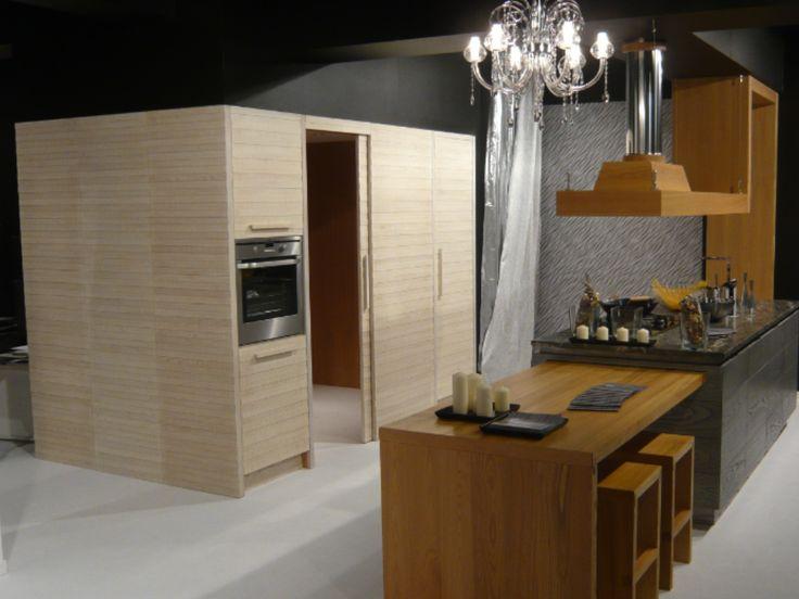 Cabina cucina, anta scorrevole, tavolo estraibile, cappa sagomata ...