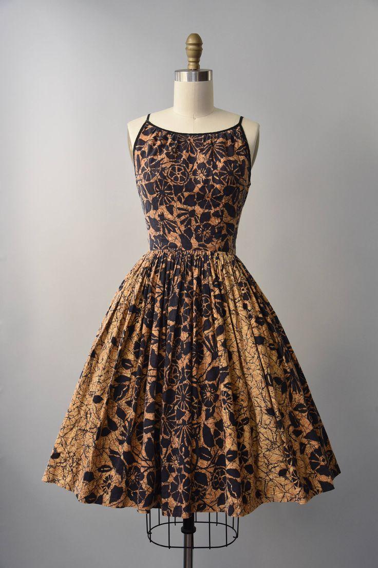 Prachtige jaren 1950 gouden bruine en zwarte katoenen jurk van de zon in een batik print met gesmoord taille, volledige rok, mouwloos bovenlijfje met vleiende verzameld hals, zwarte koord riemen, scoop terug en verborgen metaal terug rits. Bekleed.  voorwaarde: over het algemeen groot, er is sommige algemene totale vervagen het weefsel, geen specifieke gebreken te merken. vers schoongemaakte en klaar om te dragen Label: geen materiaal: katoen  ---✄---Metingen---✄--- Bust: 34 in Taille: 25 in…