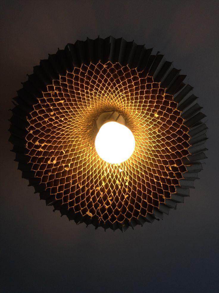 ce lustre est fabriqu a base de carton r cup r dans la. Black Bedroom Furniture Sets. Home Design Ideas