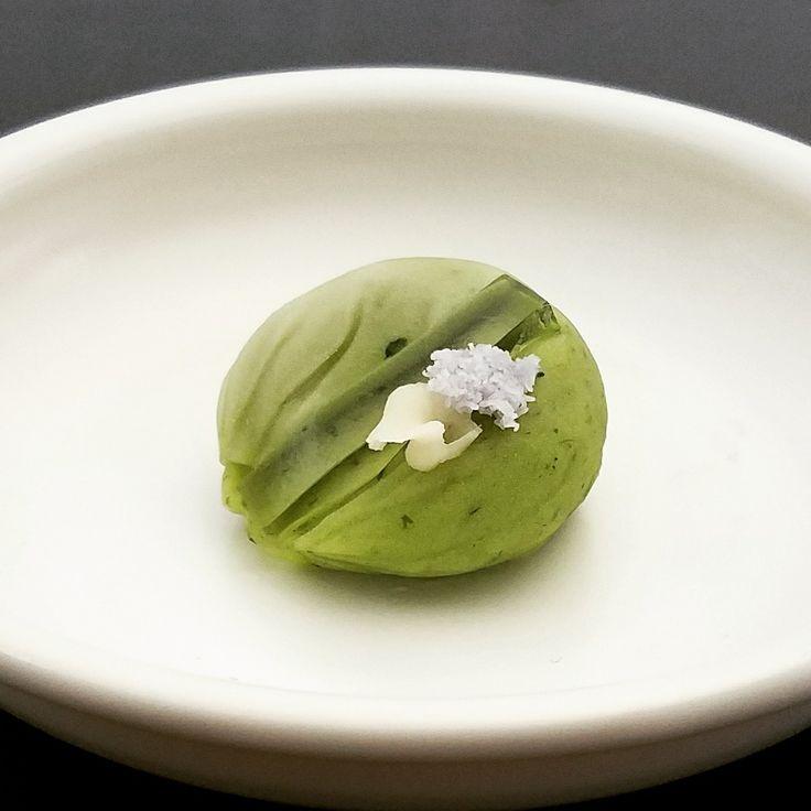 #和生菓子 草清水 です #よもぎ の #ねりきり で #小豆 #こしあん を包んであります #和菓子 #wagashi  #備前屋 #bizenya #nerikiri #azuki #koshian