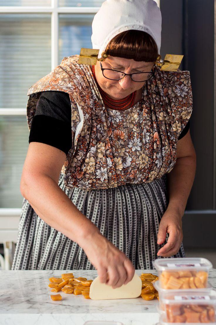 Zeeuws 'meisje'  maakt verse babbelaars op de avondmarkt in Heinkenszand.