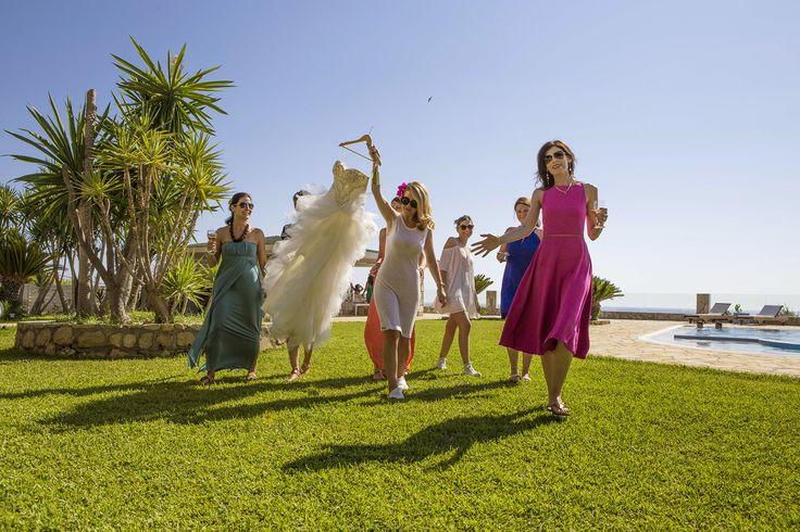 Bride and friends before the wedding - Let's do it!!! #weddingphotos #beachwedding #mythosweddings #kefalonia