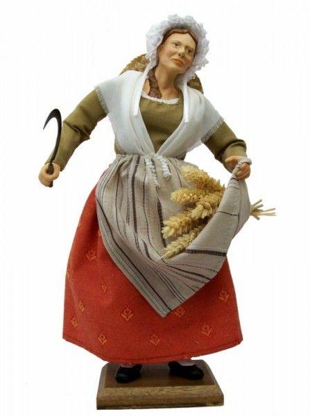 La femme aux blés, paysanne habillée d'un costume XIXème, elle vient de faucher une belle gerbe de blé, avec sa faucille, pour la porter en offrande à l'enfant Jésus.