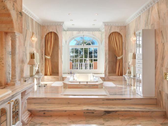 Luxe villa van Prince in Marbella te koop. Volg ons in de zoektocht naar de meest luxe huizen op aarde, de mooiste historische woningen, de droomhuizen van beroemdheden, wereldnieuws en veel meer.