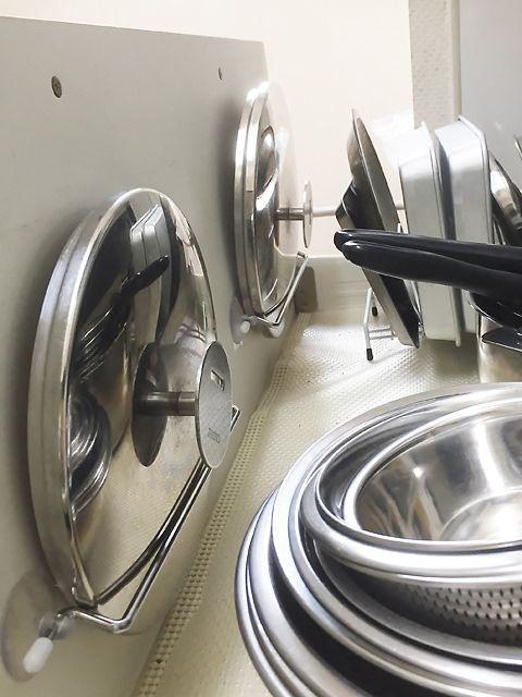 扉裏収納のアイデア!フックやタオルハンガーで収納スペースを増やすコツ |